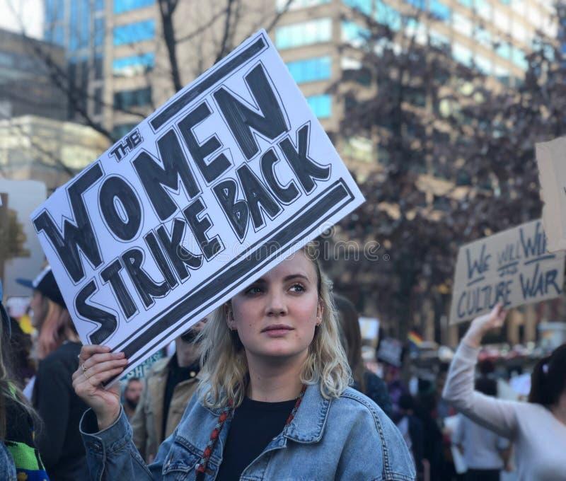 """""""The Frauen schlagen Backâ€- Protestzeichen von Nashville's Women's im März 2018 lizenzfreie stockfotografie"""