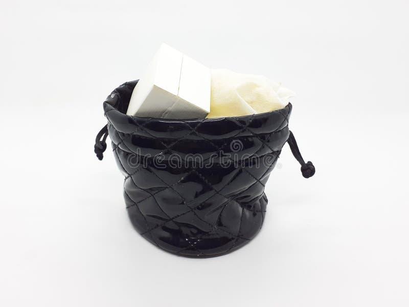 Frauen-Schmuck-Beutel mit Inhalt in weißem lokalisiertem Hintergrund 01 stockfotos