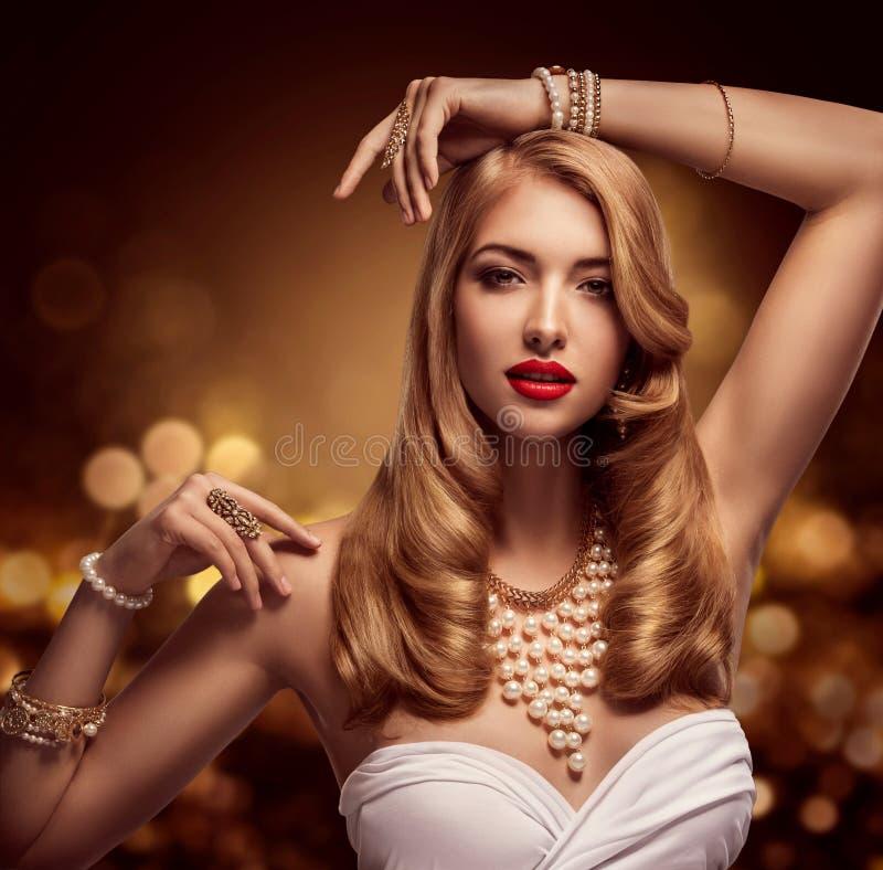 Frauen-Schmuck, Goldperlen-Schmuck-Armbänder und Halskette, Mode-Modell Beauty, langes goldenes Haar lizenzfreies stockbild