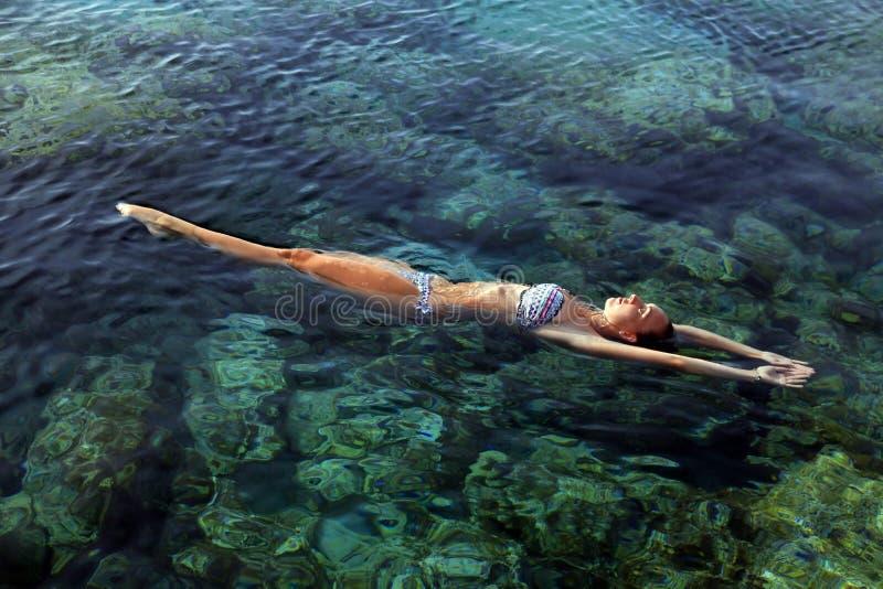 Frauen-Schwimmen stockbild