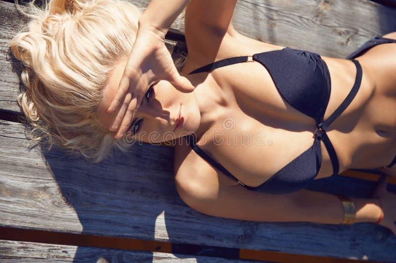 Frauen-Schwimmenklagen-Erholungsortsonnen-Strandsonnenbräune der Schönheit sexy lizenzfreies stockfoto