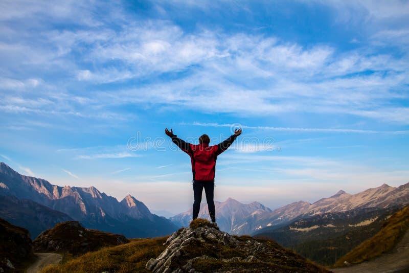 Frauen silhouettieren auf die Oberseite des Berges lizenzfreies stockfoto