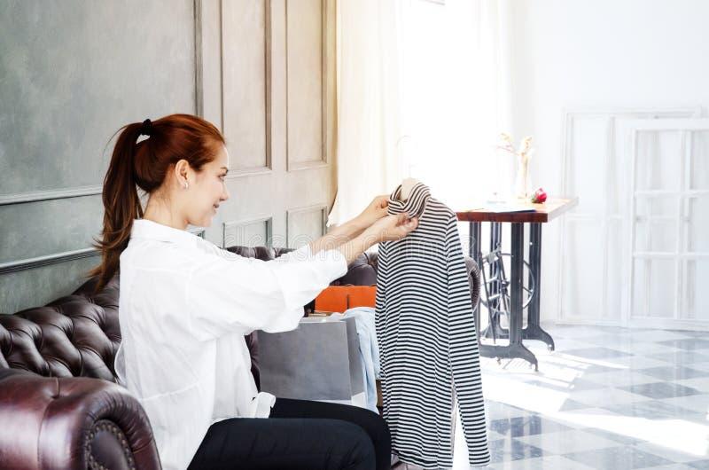 Frauen sind arbeitend und glücklich stockfoto