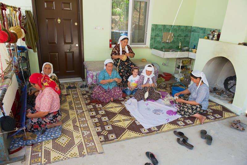 Frauen spinnen Wolle für Teppichproduktion in Karacahisar, die Türkei stockfotografie