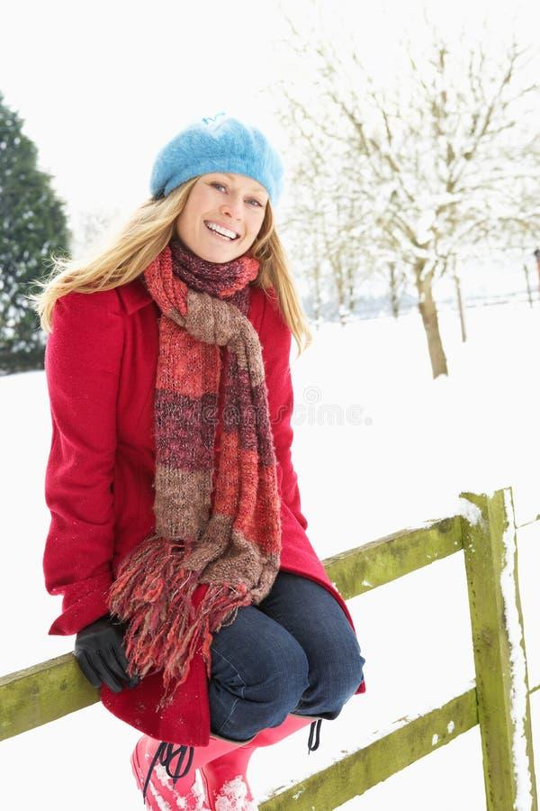 Frauen-stehende Außenseite in der Snowy-Landschaft stockfotografie