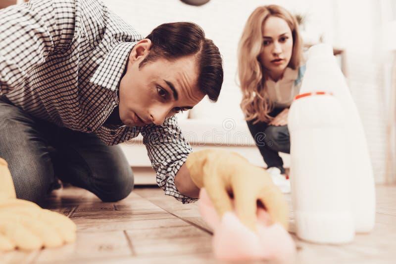 Frauen-Steuermann-Reinigungsboden in der Wohnung lizenzfreie stockbilder