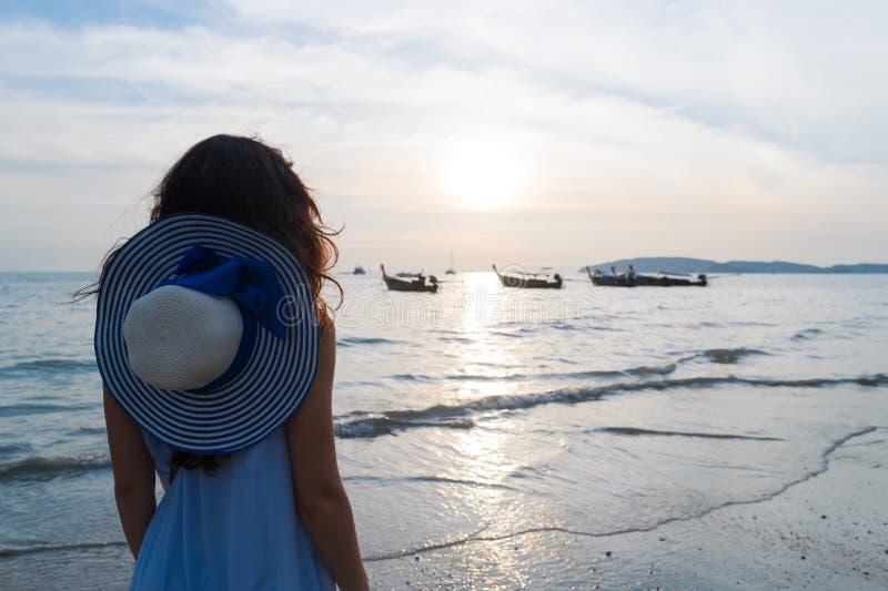 Frauen-Strand-Sommer-Ferien, junges Mädchen-Seesonnenuntergang-Rückseiten-hintere Ansicht stockfotos