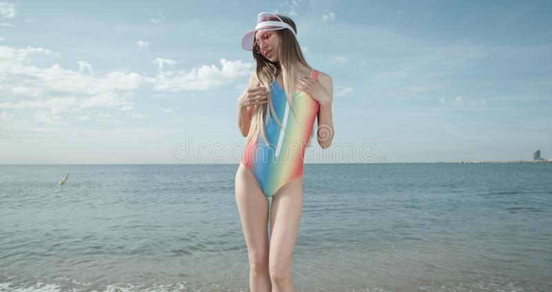 Frauen tanzen mit Bikini am Strand stockbilder