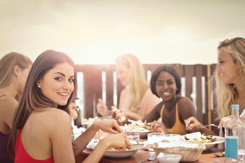 Frauen am Tisch stockbild