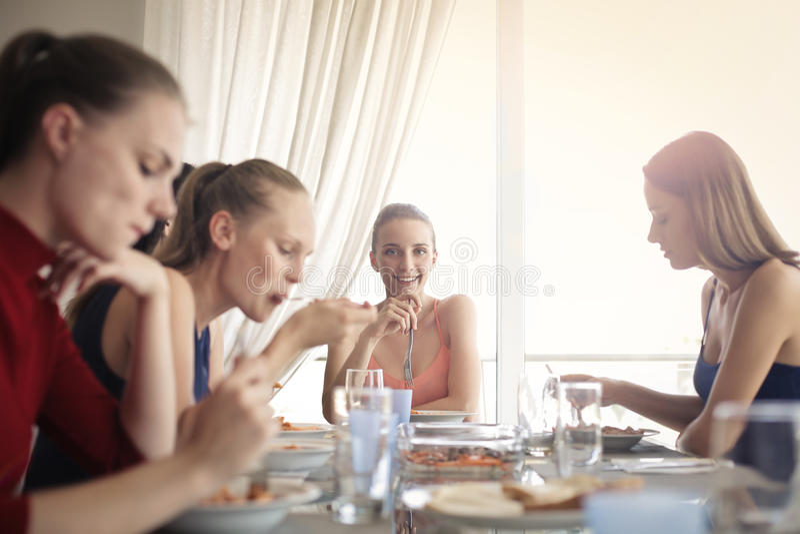 Frauen am Tisch stockfotografie