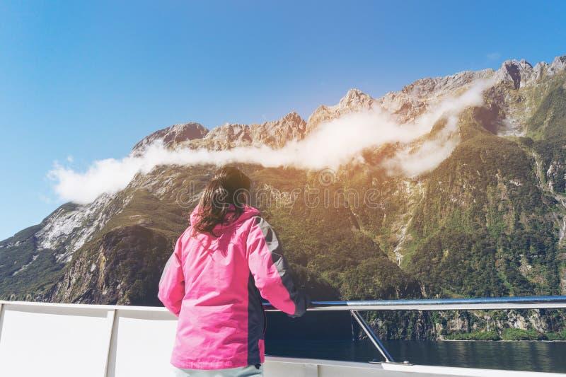 Frauen-Tourist auf Schiffs-Plattform in Milford Sound lizenzfreie stockfotografie