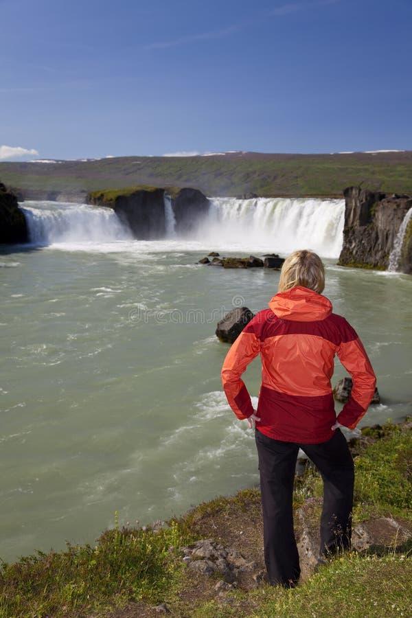 Frauen-Tourist am Godafoss Wasserfall, Island lizenzfreies stockfoto
