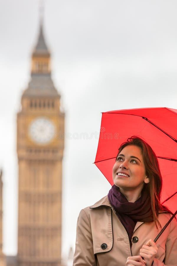 Frauen-Tourist mit Regenschirm durch Big Ben, London, England lizenzfreies stockfoto