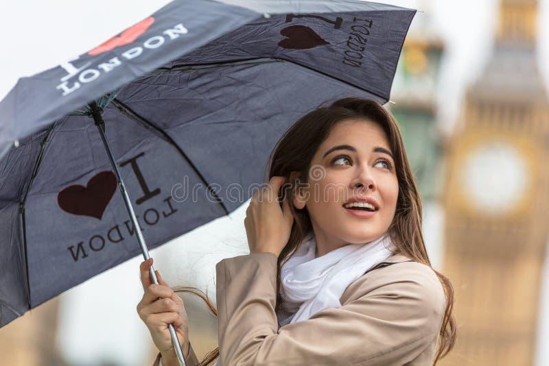 Frauen-Tourist mit Regenschirm durch Big Ben, London, England stockfoto