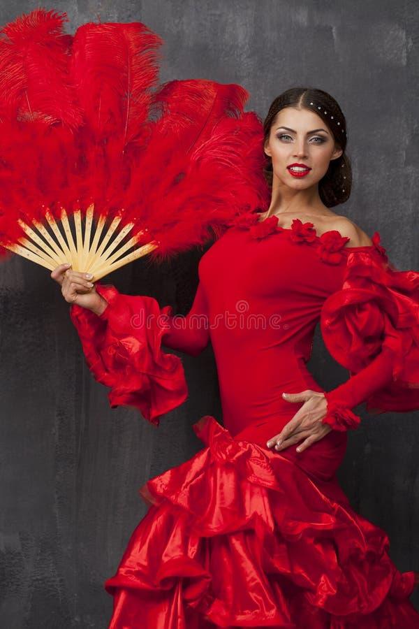 Frauen-traditionelles spanisches Flamencotänzertanzen in einem roten Kleid stockfotos