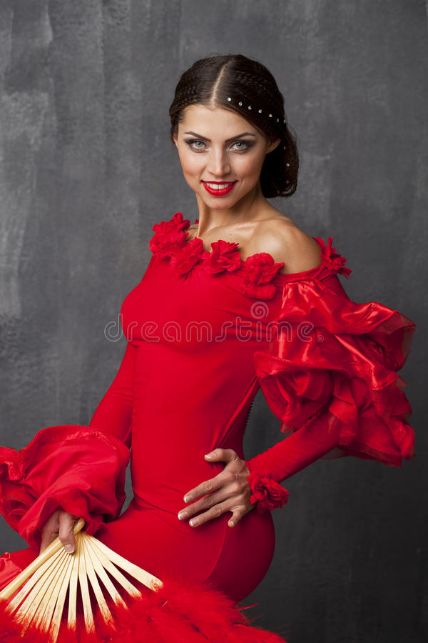 Frauen-traditionelles spanisches Flamencotänzertanzen in einem roten Kleid stockbilder
