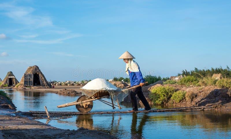 Frauen tragen Salz vom Salzbauernhof, um zu speichern lizenzfreies stockfoto