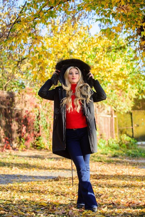 Frauen tragen schwarze Parka-Pelzhaube Jugendhipster-Modekonzept Klassischer Parka-Mantel ist zum Kleidersymbol geworden Versatil stockbild