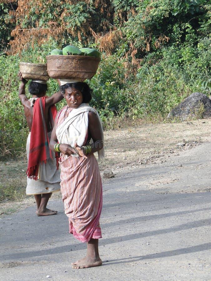 Frauen tragen Waren auf ihrem lizenzfreies stockfoto
