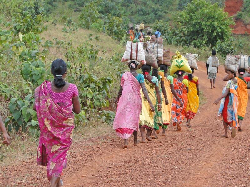 Frauen tragen Waren auf ihren Köpfen lizenzfreies stockfoto