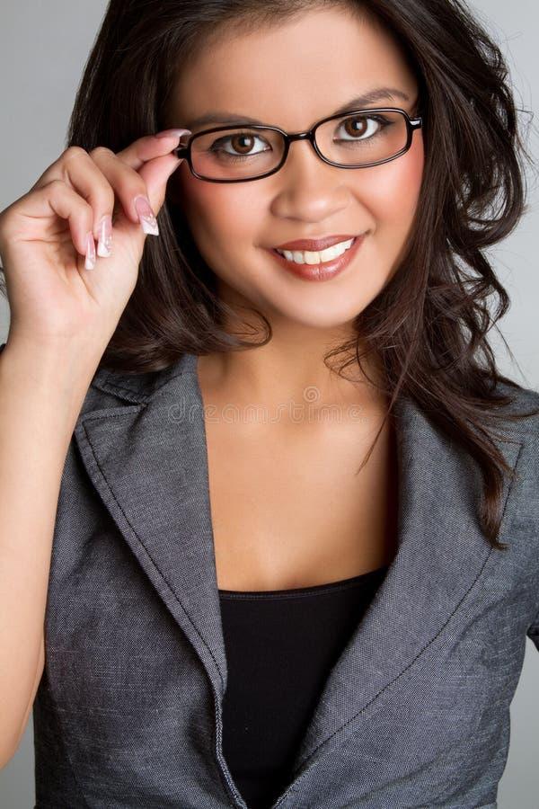 Frauen-tragende Gläser lizenzfreie stockfotografie