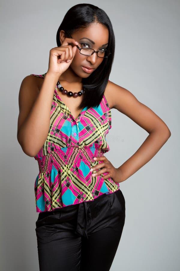 Frauen-tragende Gläser lizenzfreies stockbild