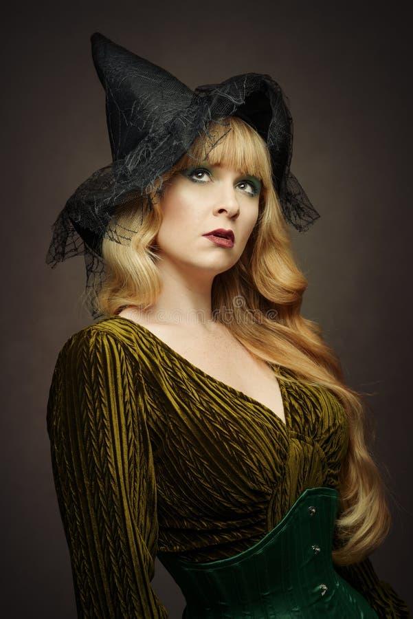Frauen-tragender Hexen-Hut lizenzfreie stockbilder