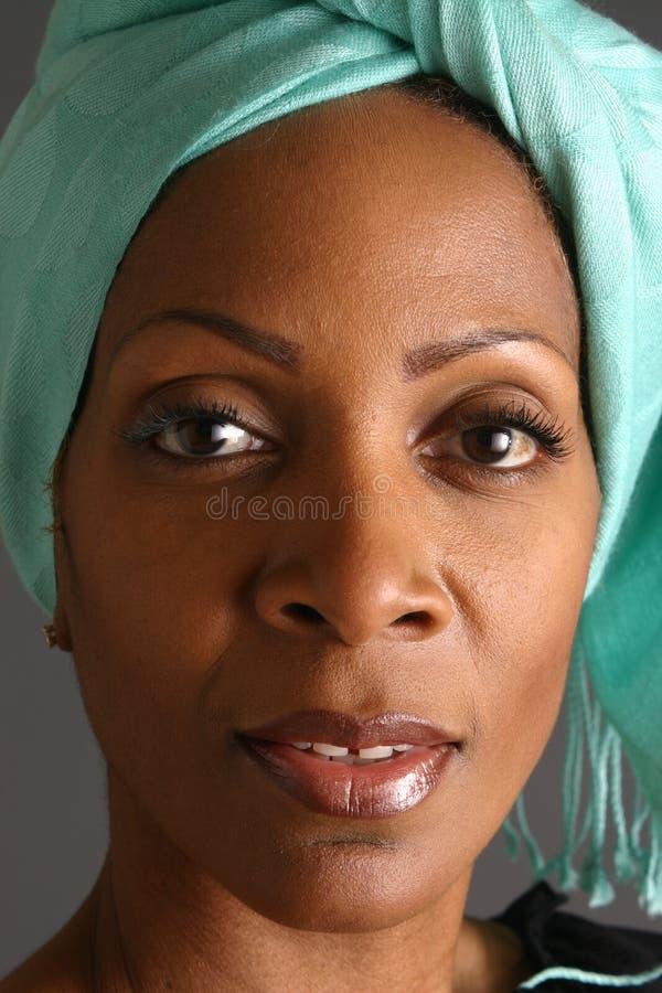 Frauen-tragender Schal stockfotos