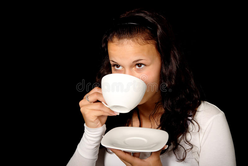 Frauen-trinkender Kaffee lizenzfreie stockfotos