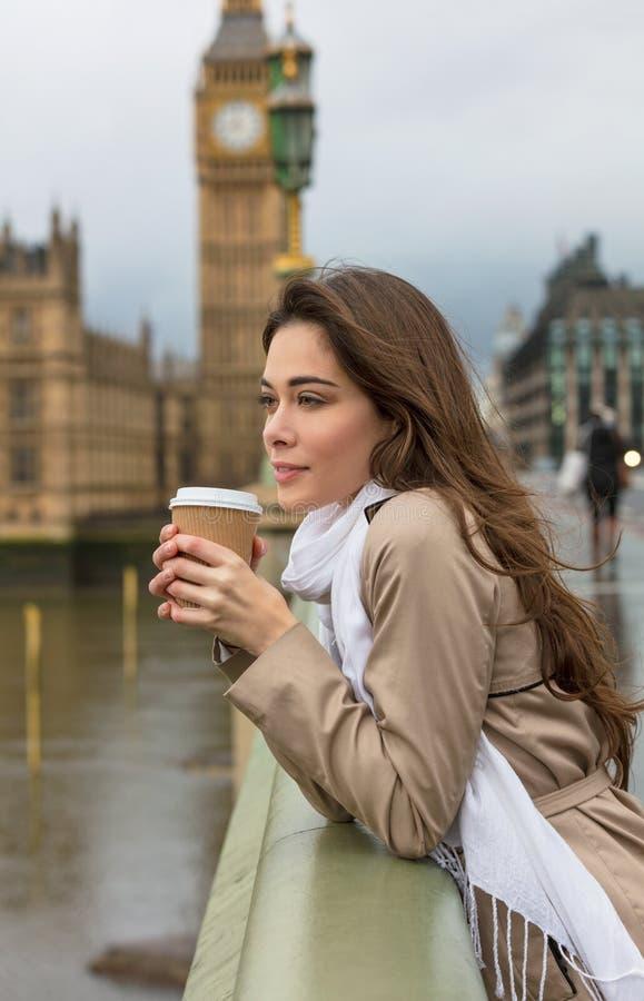 Frauen-trinkender Kaffee auf Westminster-Brücke, Big Ben, London lizenzfreies stockfoto