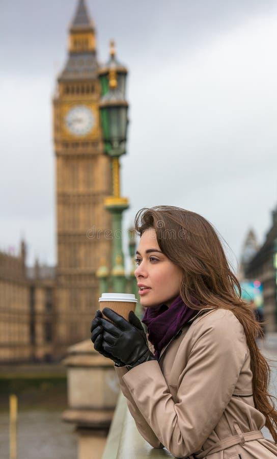 Frauen-trinkender Kaffee auf Westminster-Brücke, Big Ben, London, en lizenzfreies stockfoto