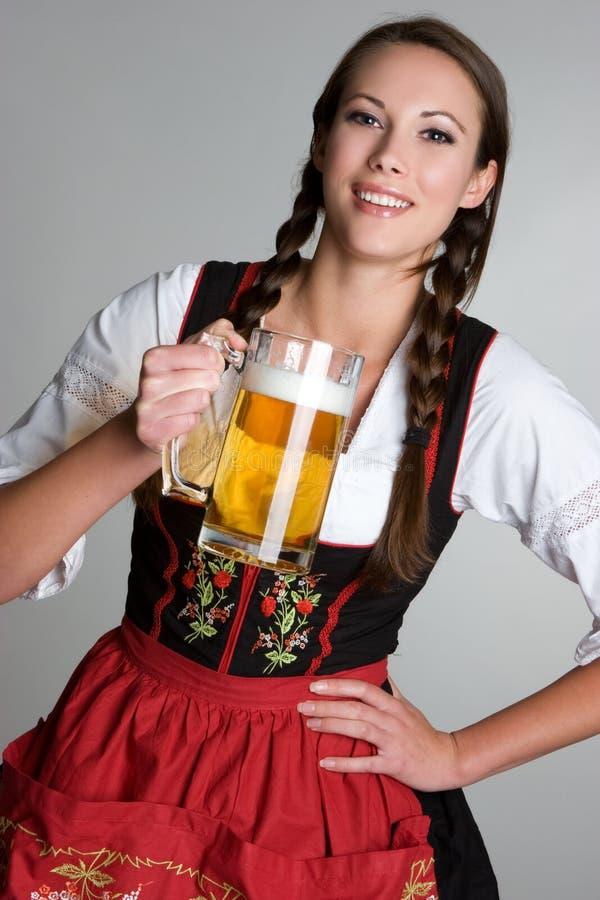 Frauen-trinkendes Bier lizenzfreie stockfotografie