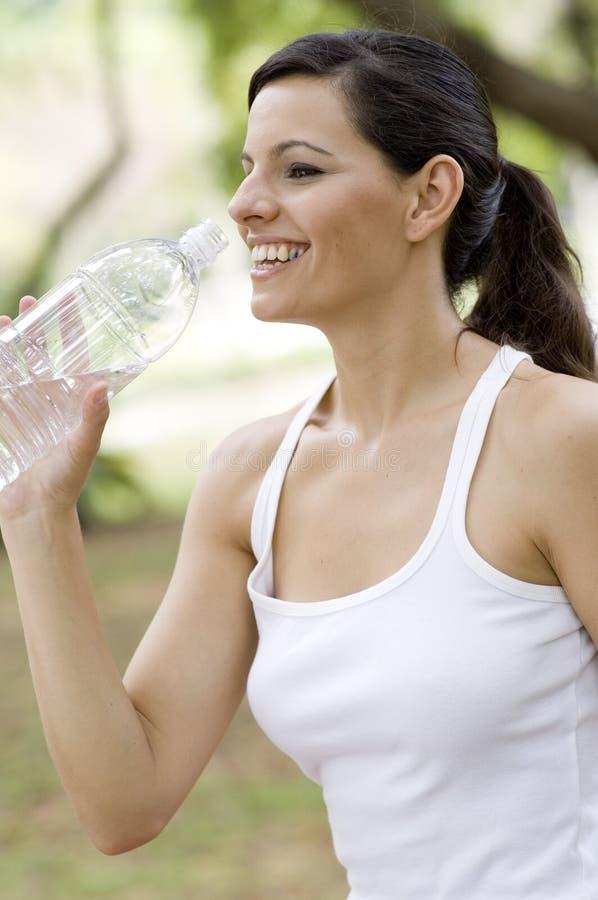 Frauen-Trinkwasser lizenzfreie stockfotos