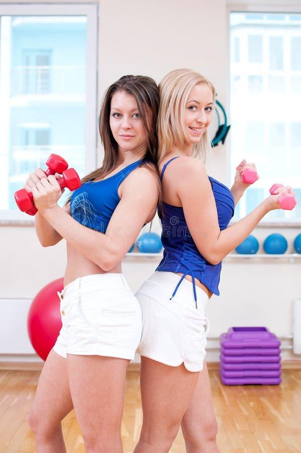 Frauen tun das Ausdehnen von Übung stockbild
