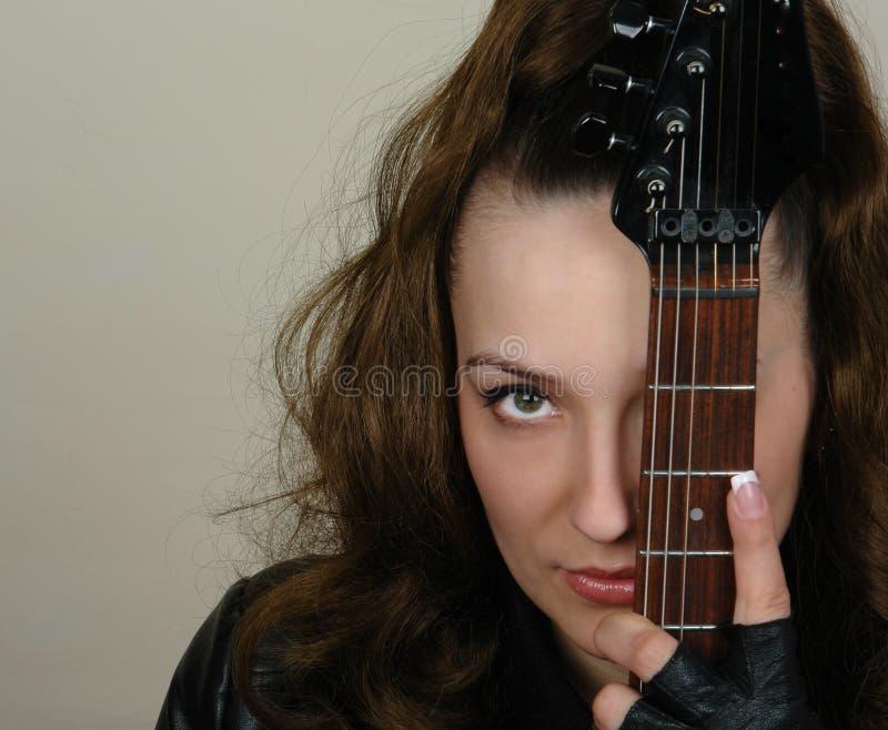 Frauen- und Gitarrennahaufnahme stockfotografie