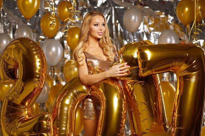Frauen-und glückliches Goldneues Jahr 2017 steigt im Ballon auf stockfotos