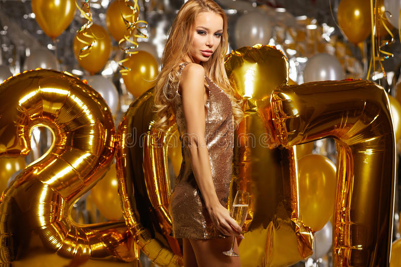 Frauen-und glückliches Goldneues Jahr 2017 steigt im Ballon auf stockbild
