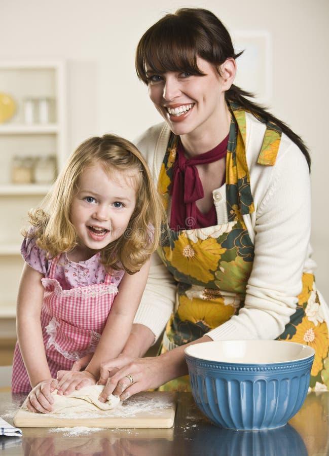Frauen-und Kind-knetender Teig stockfoto