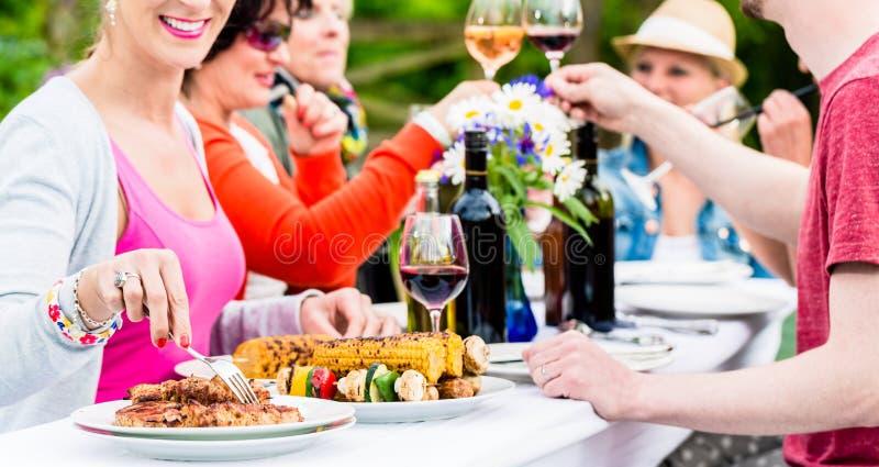 Frauen und Männer, die Gartenfest feiern lizenzfreies stockfoto
