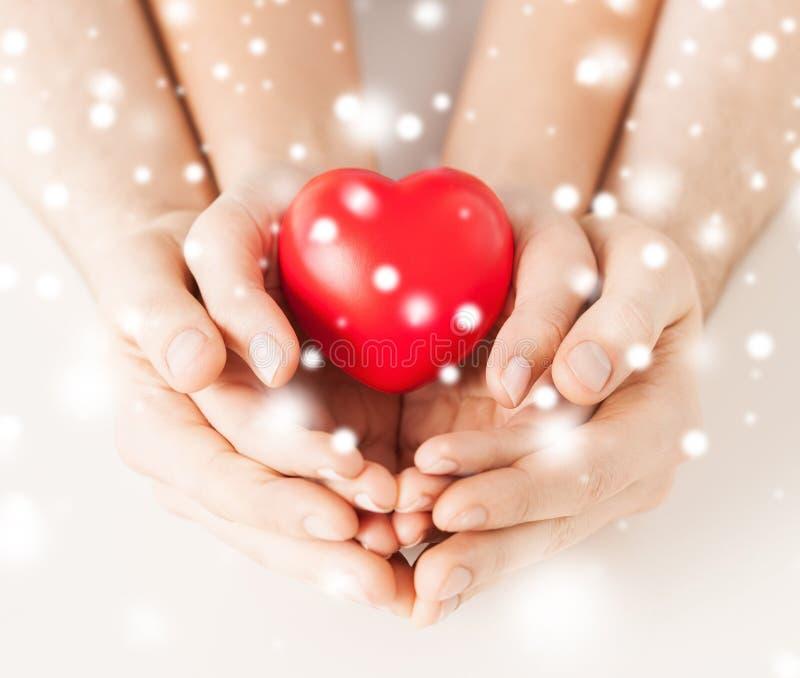 Frauen- und Mannhände mit Herzen lizenzfreie stockfotos