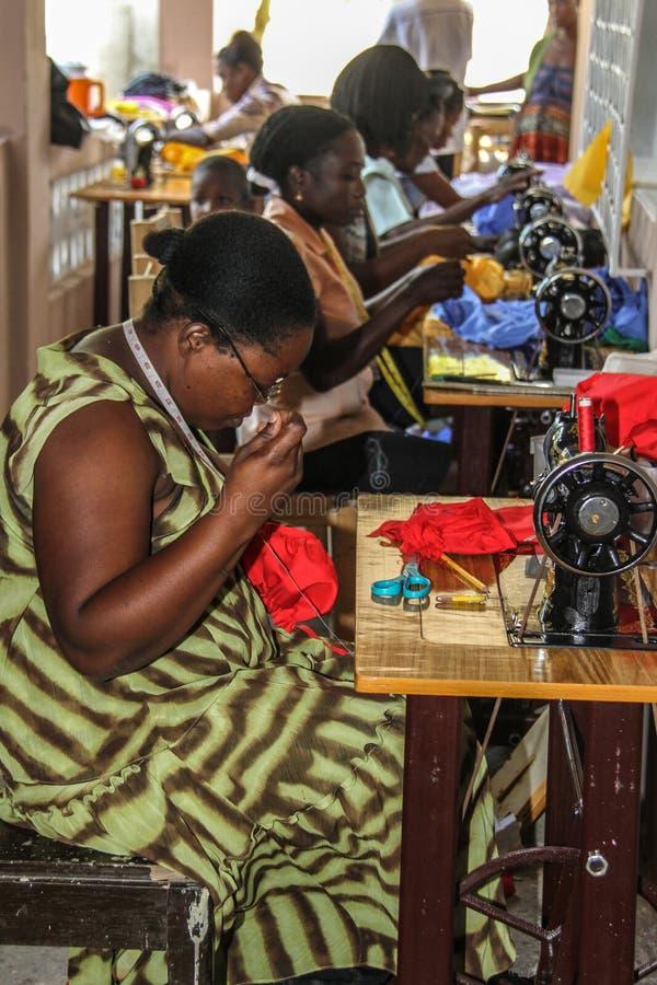 Frauen und nähendes Projekt in ländlichem Haiti stockbild