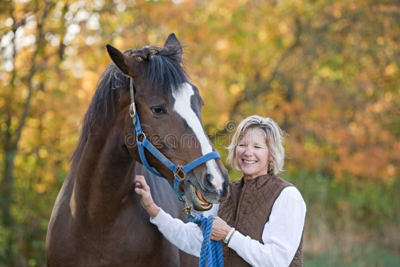 Frauen-und Pferden-Lachen stockfotografie