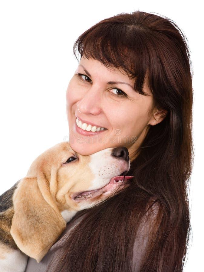 Frauen- und Spürhundwelpe Getrennt auf weißem Hintergrund lizenzfreie stockbilder