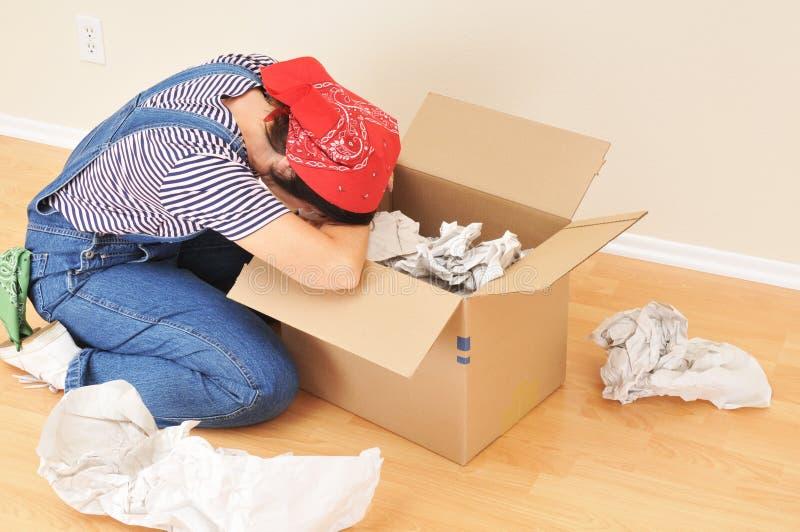Frauen-und Verpackungs-Kasten lizenzfreie stockfotos