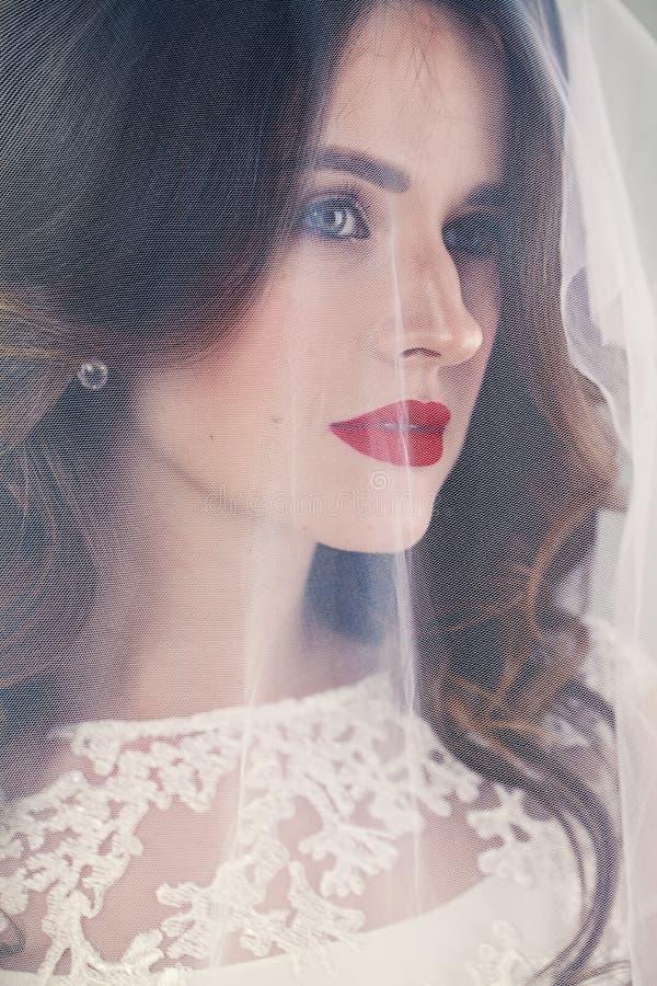 Frauen-Verlobtes mit weißem Schleier lizenzfreies stockfoto