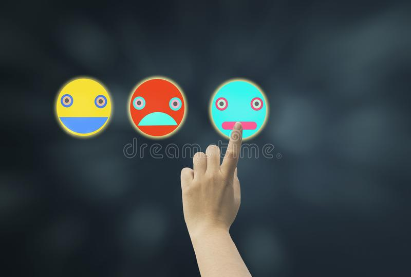 Frauen verwenden rechtes Seitenverkleidungs-Ikone emoji der Fingernote, das verschiedene Gefühle zeigt und auf dunkelblauem bokeh stockbild