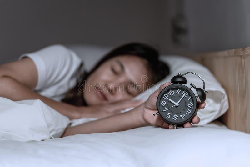Frauen wachten sp?t auf dem Morgen auf lizenzfreie stockfotografie