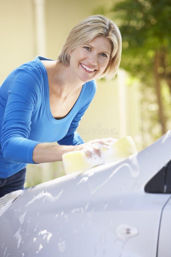 Frauen-waschendes Auto im Antrieb lizenzfreies stockfoto