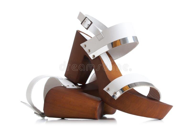 Frauen-weißes Leder-Sandalen, das Veloursleder-Keil-Sandalen der Frauen neutrale stockbilder