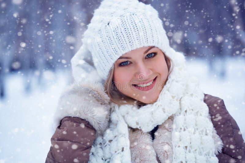 Frauen-Winterporträt der Nahaufnahme schönes glückliches stockfoto